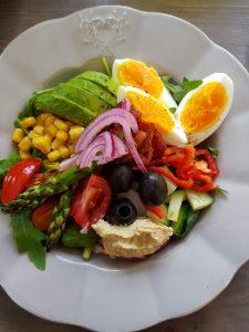 Salat med asparges og syltet rødløk